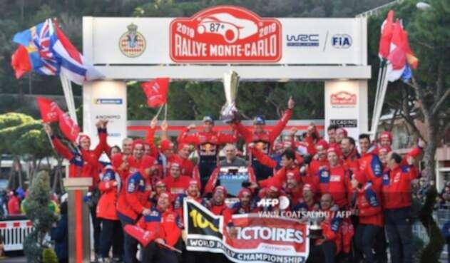 Sébastien Ogier y su equipo celebrando el título de Montecarlo