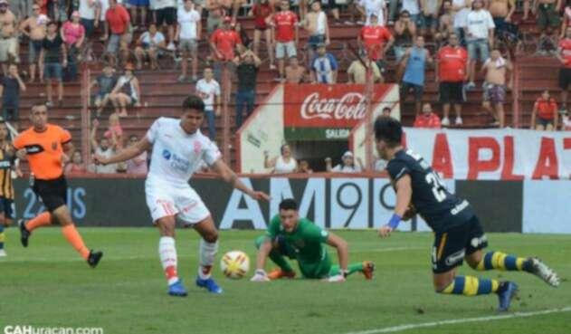 Andrés Felipe Roa en un gol para Huracán