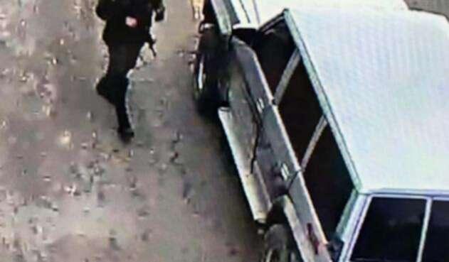 Momento del ingreso del carro bomba a la Escuela de Cadetes