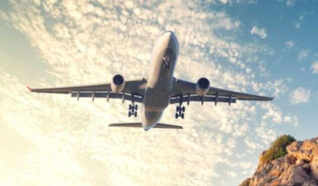 Sobrevuelo de avión en zona montañosa