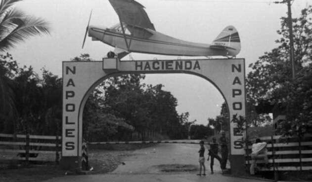 Avioneta de la entrada de la Hacienda Nápoles