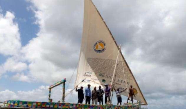 Barco de vela construido con material reciclado.