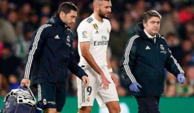 Karim Benzema sale del campo por una lesión en su dedo