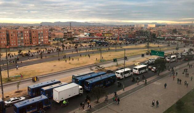 Manifestantes bloquean vías cerca al Portal de las Américas
