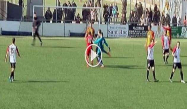El hecho sucedió cuando jugaban A.E.C. Manlleu y el Sant Cugat F.C