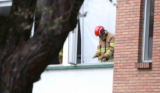 Bomberos atendiendo emergencia por Carro Bomba en Escuela General Santander
