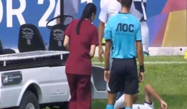 Carro pasa por encima del pie de un jugador herido