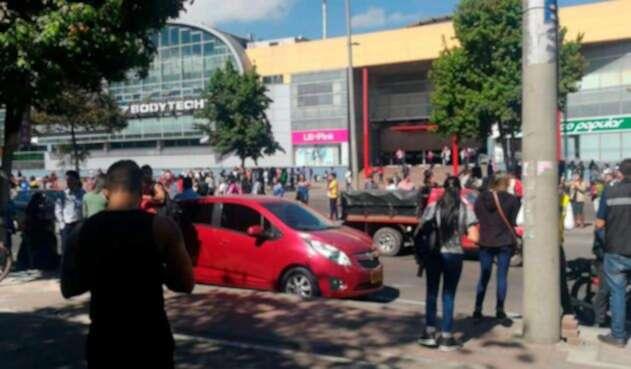 Evacúan Centro Comercial Imperial Plaza
