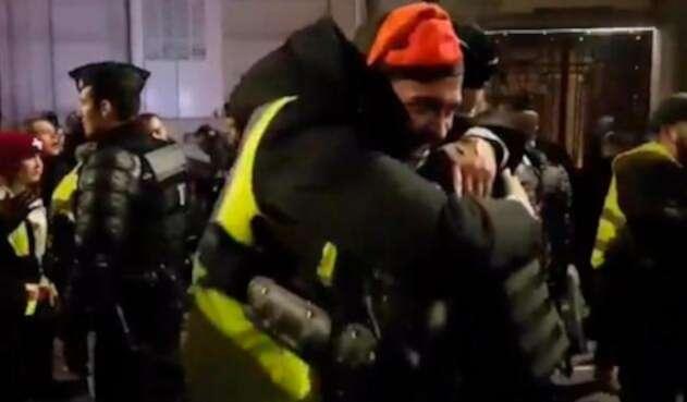 El abrazo entre los chalecos amarillos y la policía en Francia