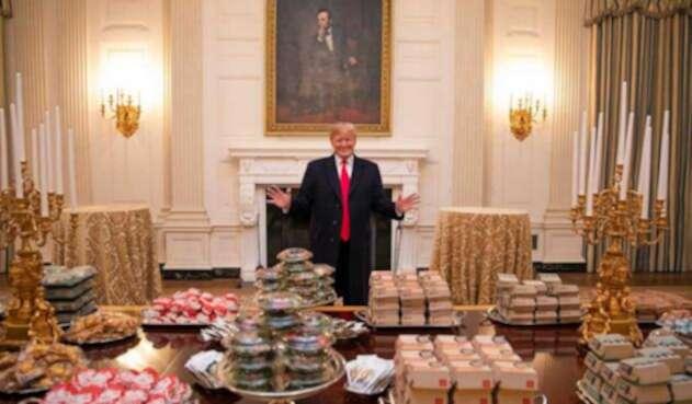 Donald Trump ofrece hamburguesas en la Casa Blanca