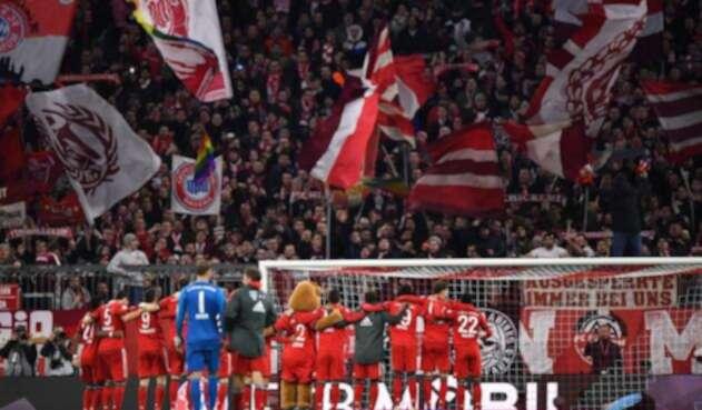 Jugadores del Bayern celebran con su hinchada