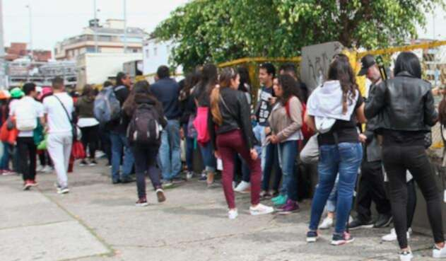 Jóvenes haciendo fila en Bogotá, en inmediaciones del Estadio El Campín