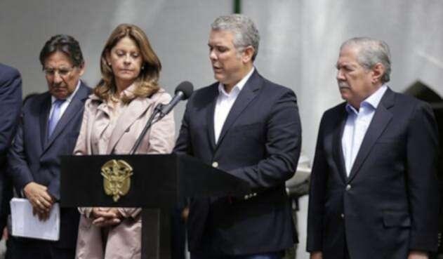 El presidente Iván Duque y el equipo de gobierno en la Escuela General Santander, en Bogotá