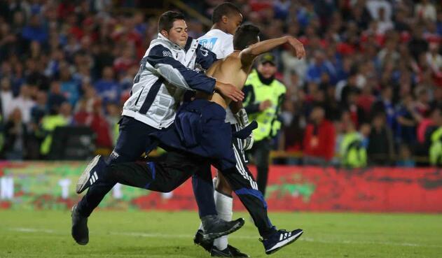 Hincha de Millonarios invadió la cancha en partido contra América