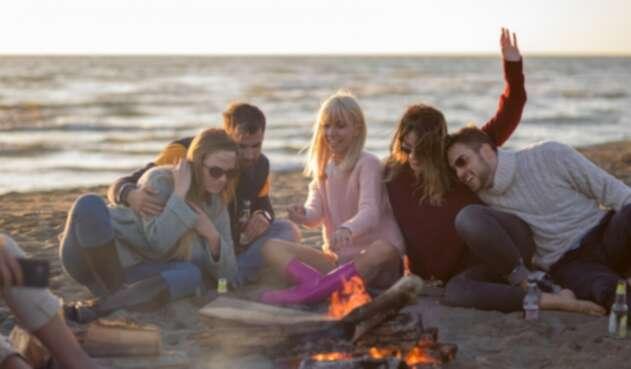 Amigos compartiendo en la playa