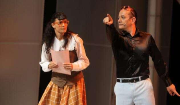 """Ana María Orozco (Betty) y Julián Arango (Hugo Lombardi) en el Teatro de Bellas artes de Bogotá, durante la obra de teatro """"Betty la Fea"""""""