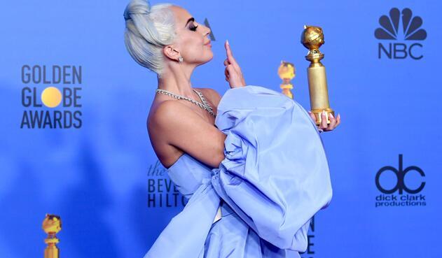 Lady Gaga cuando recibió su premio Globo de Oro por 'A Star is Born'