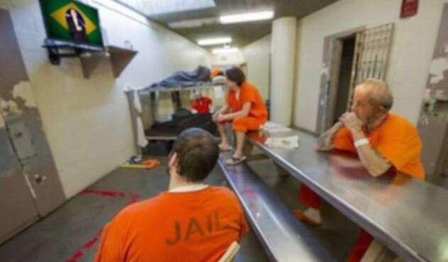 Esta es la imagen de la publicación de Lula en prisión supuestamente viendo la posesión de Bolsonaro.