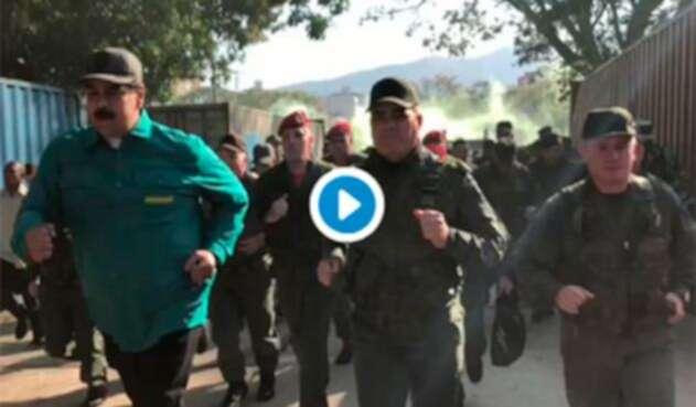Nicolás Maduro, presidente de Venezuela, corriendo en compañía de militares
