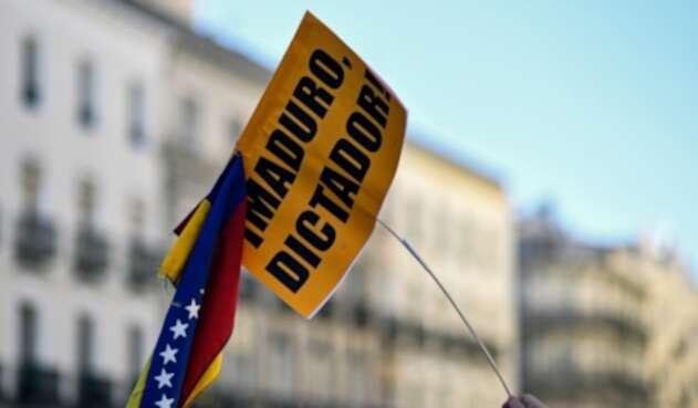 Una pancarta contra Nicolás Maduro expuesta por un venezolano en Madrid (España)