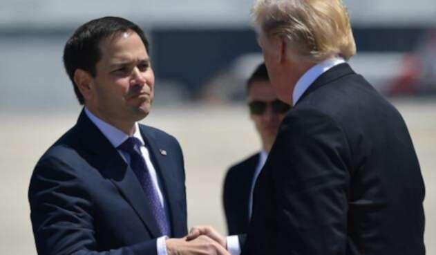 El senador estadounidense Marco Rubio y el presidente de Estados Unidos, Donald Trump, el 16 de abril de 2018 en el aeropuerto internacional de Miami