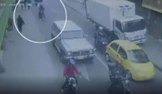 Motocicleta que escoltaba al carro bomba