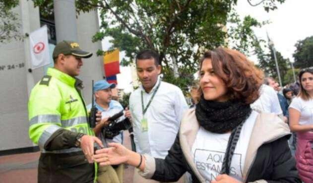 Nancy Patricia Gutiérrez, ministra del Interior, en la marcha que tuvo lugar en Bogotá tras el atentado en la Escuela General Santander