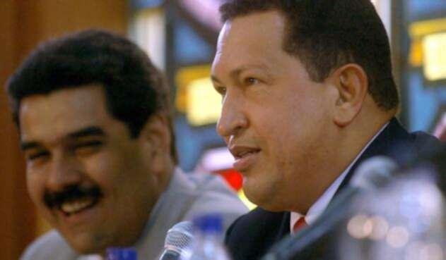 Hugo Chávez muere de cáncer el 5 de marzo de 2013. Nicolás Maduro, ungido por Chávez como su sustituto, gana las presidenciales el 14 de abril con 50,62% de votos.