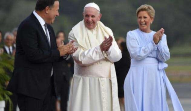 El Papa Francisco llegó a Panamá y fue recibido por el presidente Juan Carlos Varela y su esposa, Lorena Castillo.