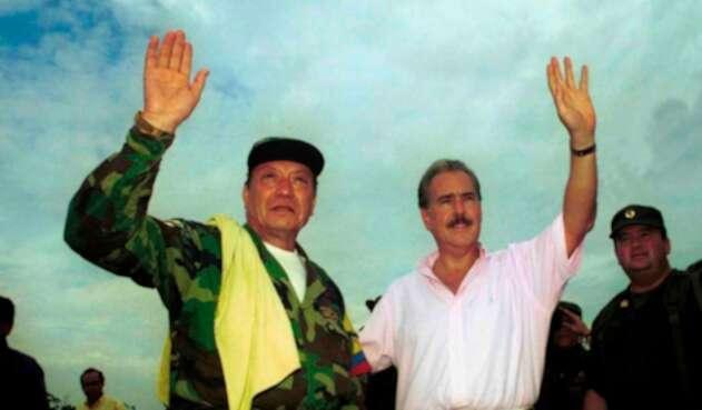 Pedro Antonio Marín Marín, mejor conocido por los alias de Manuel Marulanda Vélez o Tirofijo, junto al expresidente Andrés Pastrana en San Vicente del Caguán (Caquetá)