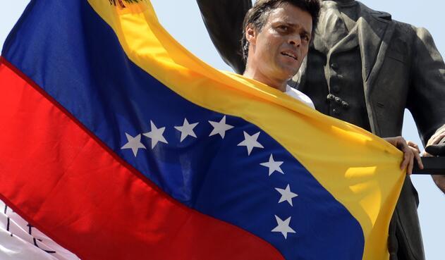 En 2014, Leopoldo López encabeza la oposición que realiza manifestaciones para exigir la salida de Maduro, con saldo de 43 muertos. El líder opositor es detenido en febrero de ese año y condenado en 2015 a casi 14 años de prisión.