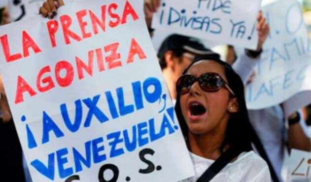 Manifestantes en Caracas (Venezuela) protestando por los ataques del régimen de Nicolás Maduro contra la prensa