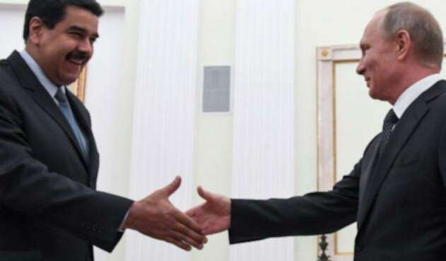 El presidente de Venezuela, Nicolás Maduro estrecha la mano de su homólogo de Rusia, Vladimir Putin.