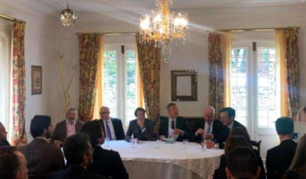 Tecnoglass anunciando el acuerdo de joint venture con Saint-Gobain, en la residencia francesa, en Bogotá