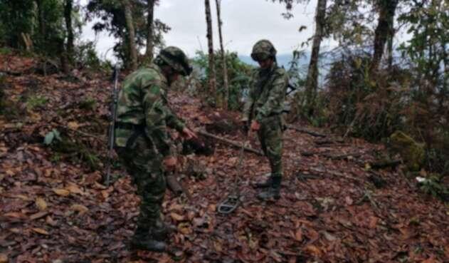 Destruyen artefacto explosivo y hallan fusil Ak 47 al sur del Tolima