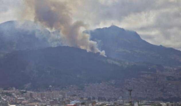 Incendio forestal en los cerros orientales, en el sur de Bogotá, en el barrio Santa Rosa. Bomberos atienden la situación.