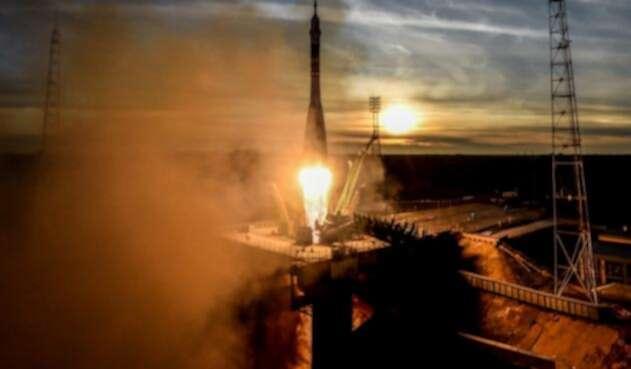Cohete viaja al espacio