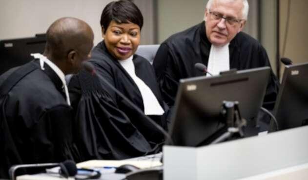 La fiscal jefe de la Corte Penal Internacional (CPI), Fatou Bensouda (centro), junto al fiscal adjunto James Stewart (derecha).