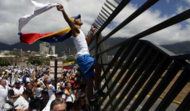 Venezolanos protestan en la frontera