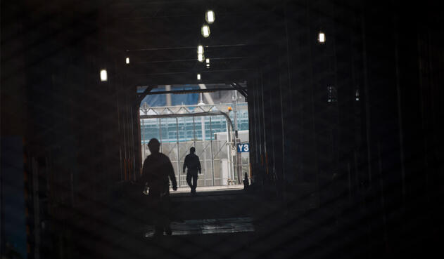Los trabajadores en el estadio Ariake Arena en construcción, sede de voleibol en los Juegos Olímpicos de Tokio 2020 y baloncesto en silla de ruedas d los Juegos Paralímpicos