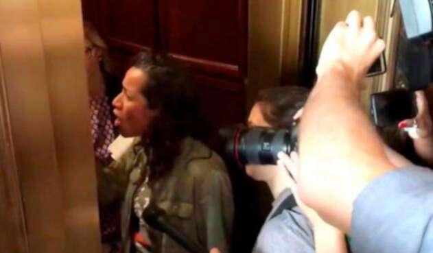 Ana María Archila increpando al senador Jeff Flake en un ascensor