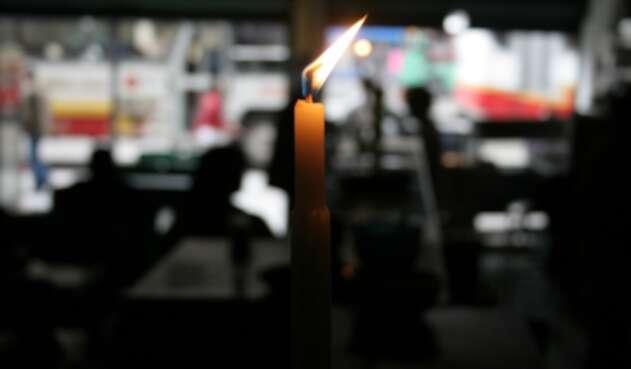 Un establecimiento comercial en Bogotá, con la luz eléctrica apagada