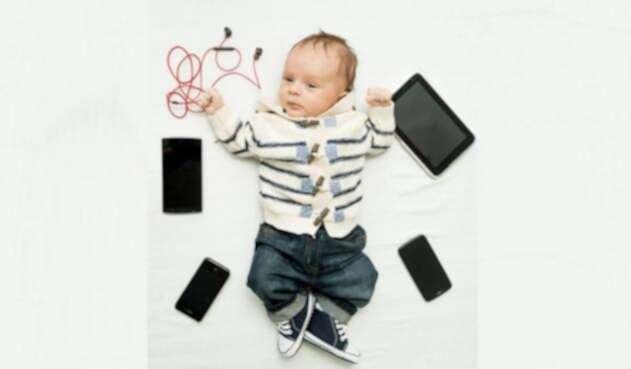 Bebé con dispositivos electrónicos