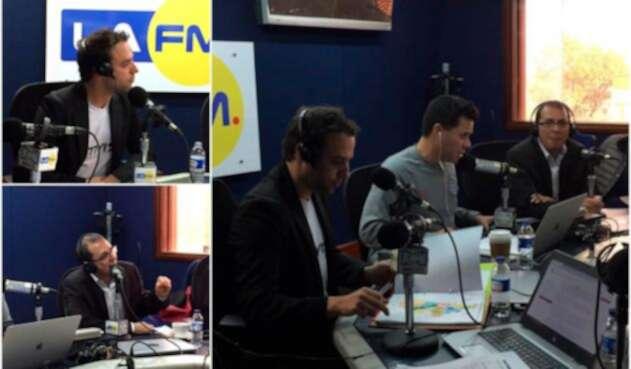 Luis Ernesto Gómez y Jorge Rojas. A la derecha con la mesa de trabajo de LA FM