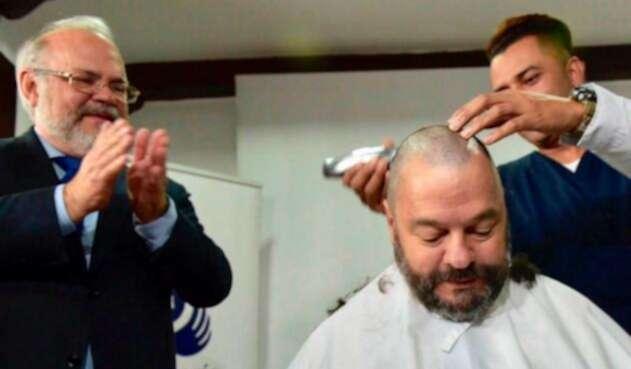 Carlos Negret, defensor del pueblo, se corta su cabello