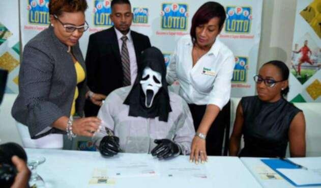 Con un disfraz hombre cobra premio de la lotería