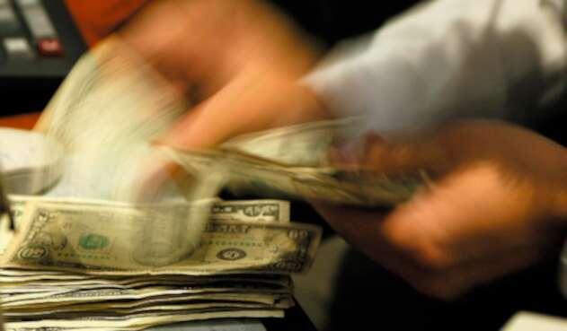 El dólar en venta en una casa de cambio en Bogotá