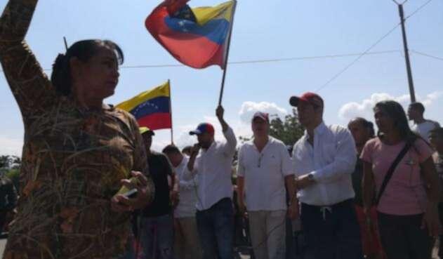 Venezolanos en Cúcuta ofrecen su apoyo a Juan Guaidó como presidente de su país