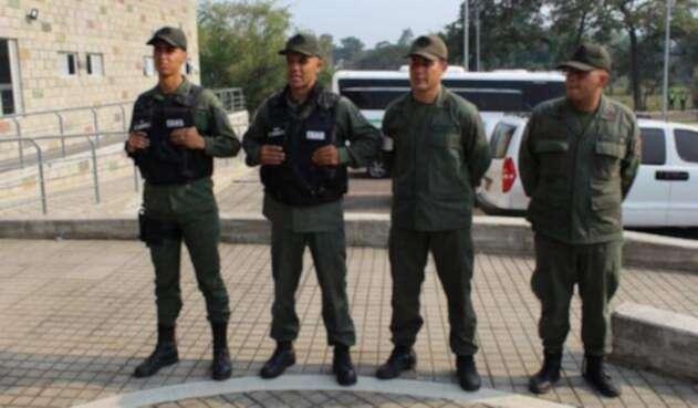 Venezuela-Colombia - Página 8 Guardias_desertores