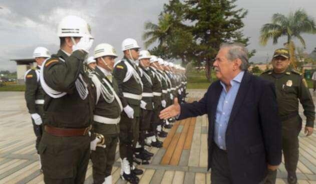 Guillermo Botero, ministro de Defensa, con la Fuerza Pública en Popayán